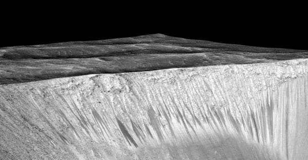 Dark narrow streaks called recurring slope lineae - Photo: REUTERS/NASA