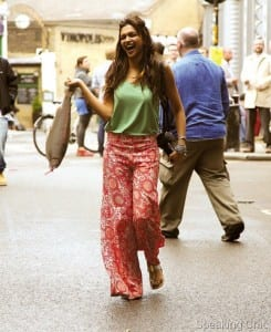 Here is Deepika Padukone in her palazzo. Foodies- please concentrate on her pants, not the fish! :P