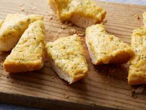 Ree Drummond's Garlic Cheese Bread On Food Network's The Pioneer Woman
